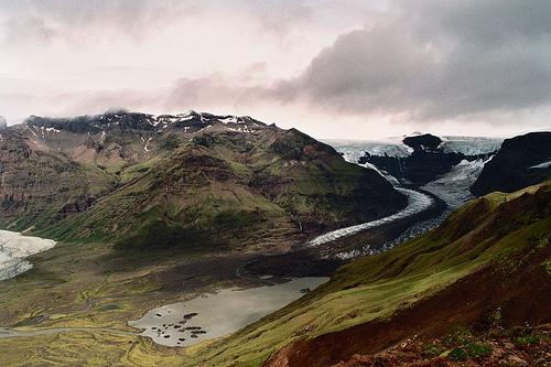 Las montañas, los glaciares, el agua y el medio ambiente son bienes comunes.