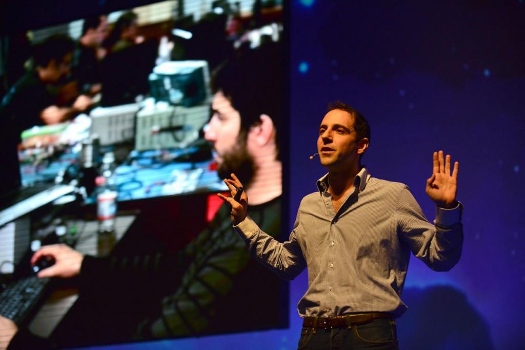 Emiliano Kargieman dando una charla TED.