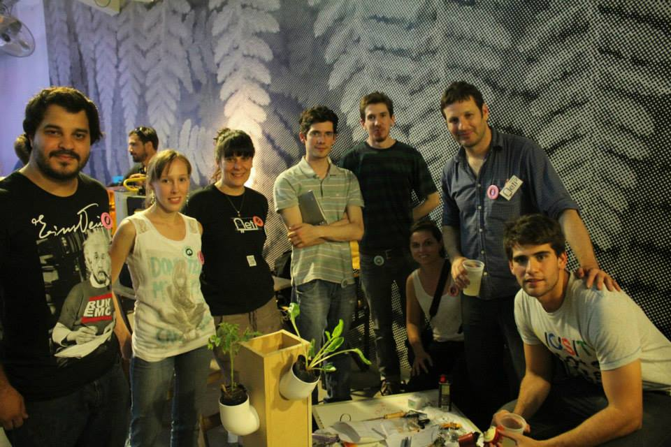 Uno de los equipos de trabajo muestra su prototipo de huerta doméstica