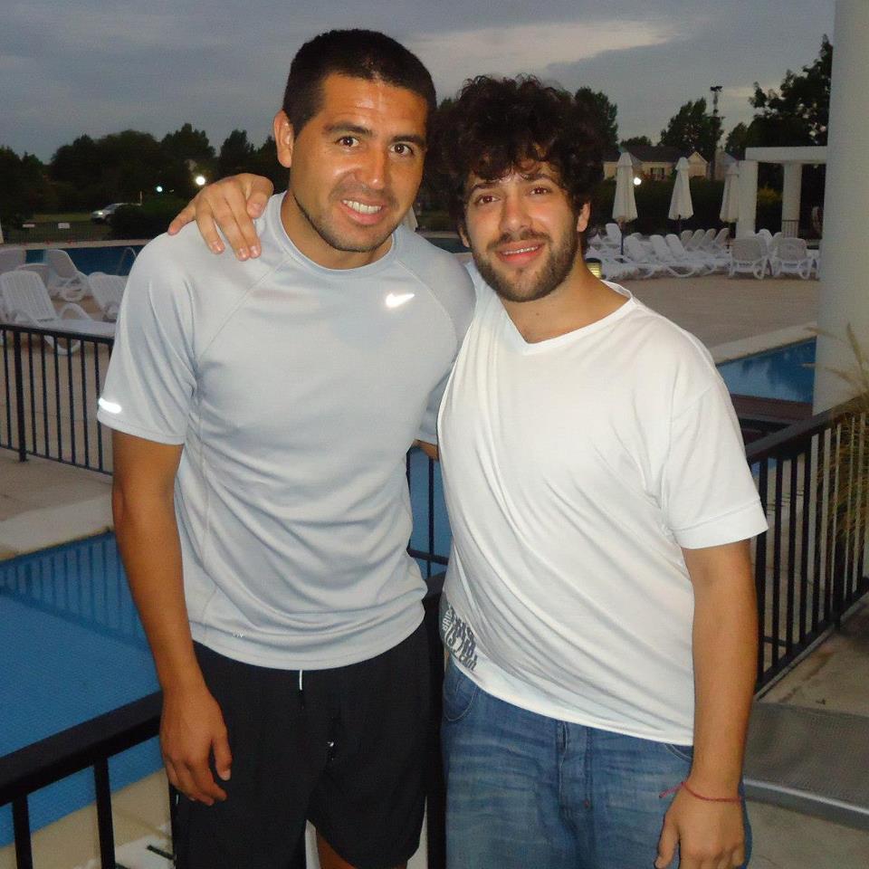 Nicolás Eliaschev junto a su ídolo Juan Román Riquelme