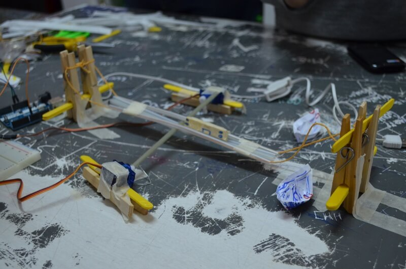 Puente corredizo hecho por chicos cordobeses