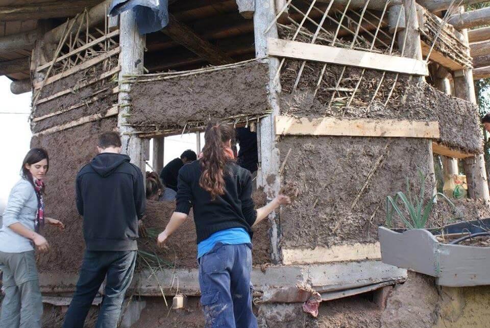 Construcción natural en Akapacha Chascomús