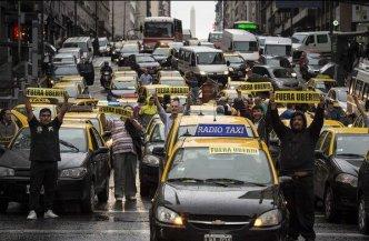 Taxistas protestan contra Uber en el centro de Buenos Aires
